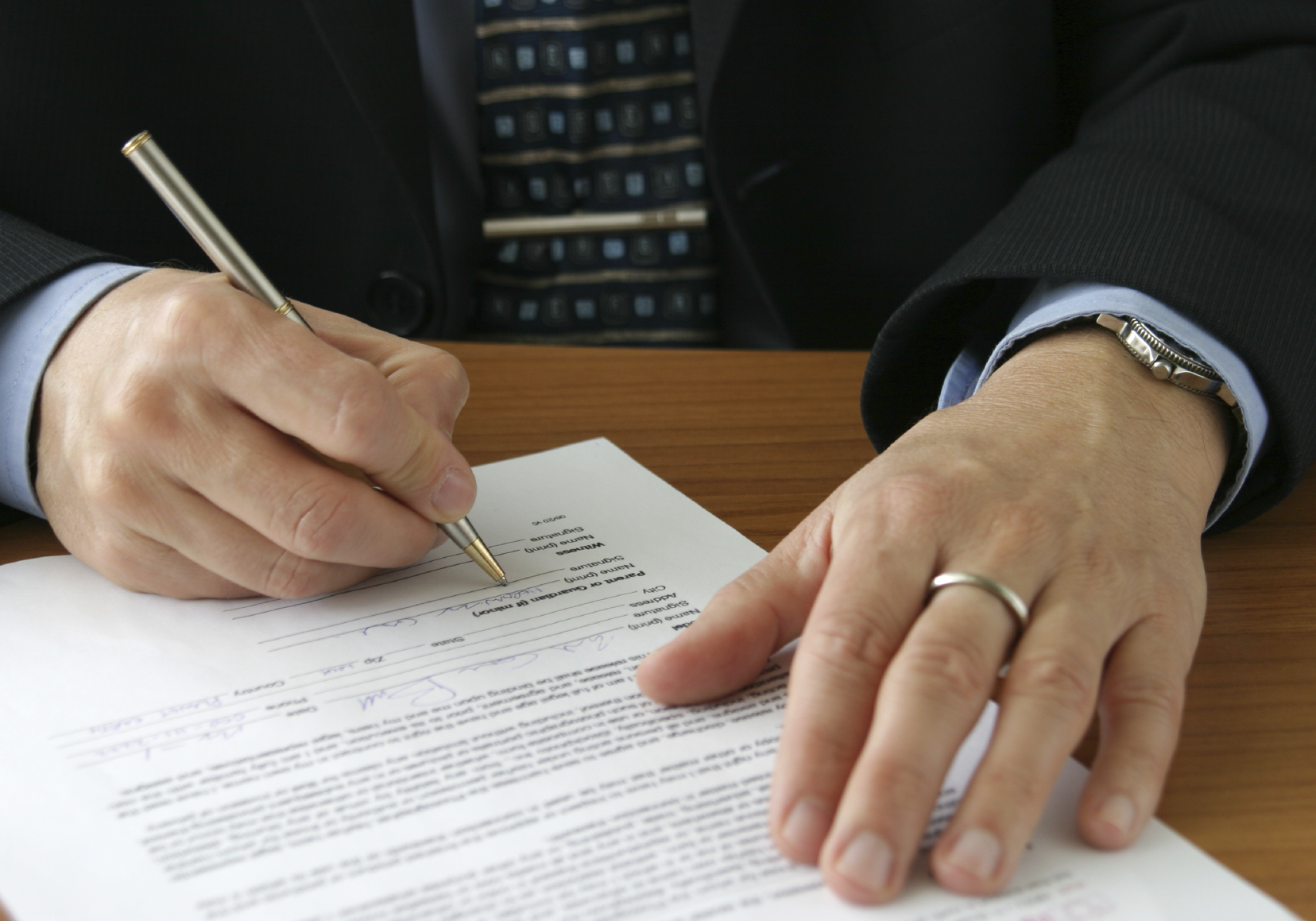 Hands-sign-papers