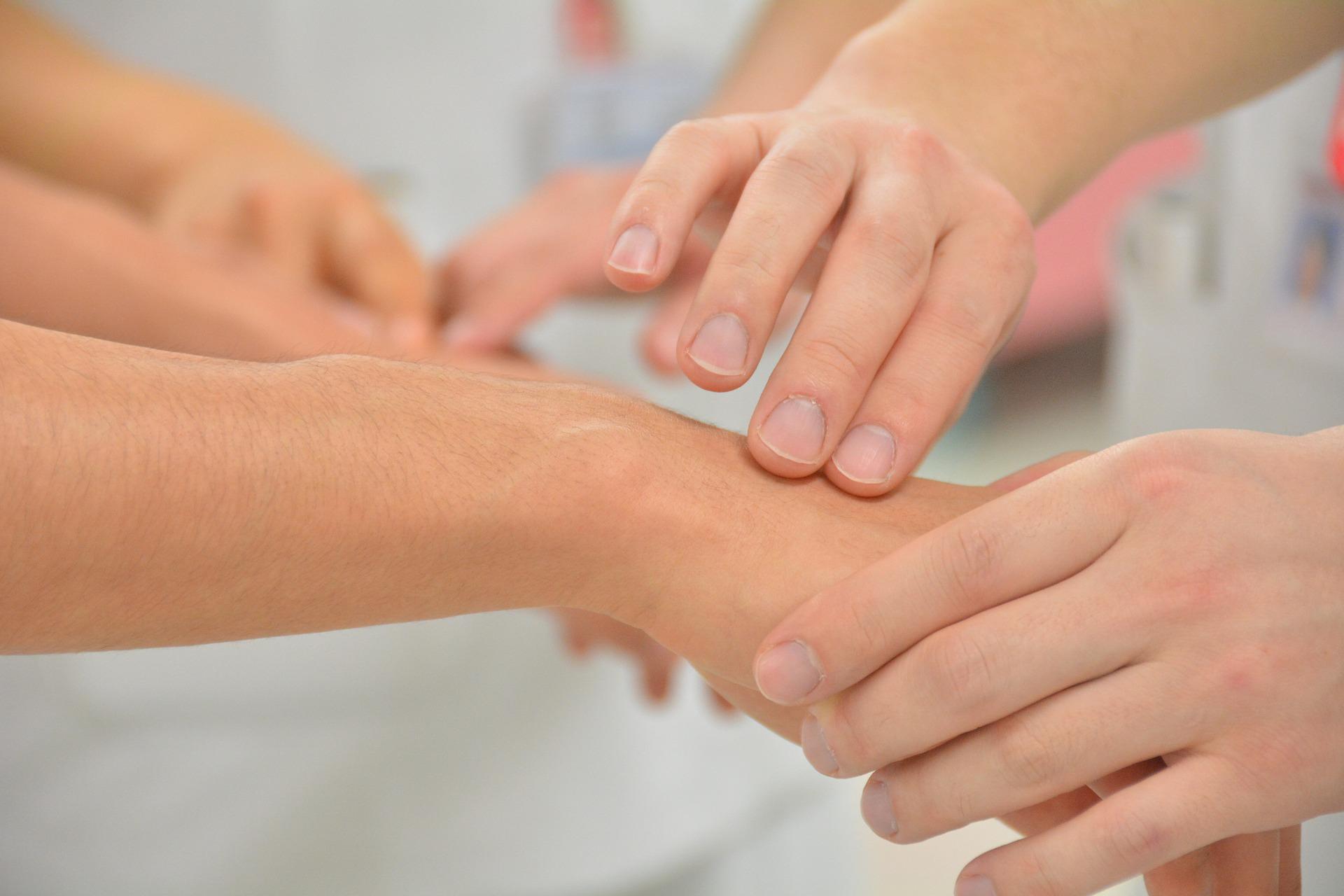 pulse-hands-nurse-doctor-patient